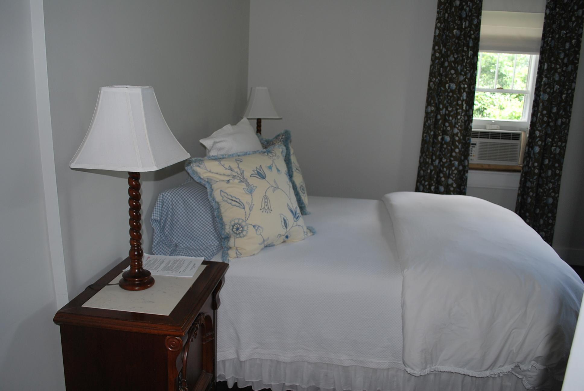 Room #6 (Floor 1, 2 Q Beds, Shower)