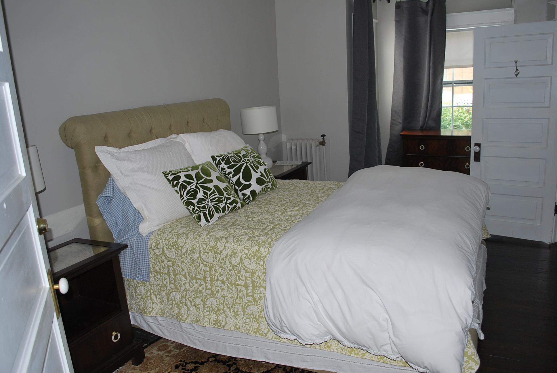 Room #7 (Floor 1, Q Bed, Shower)