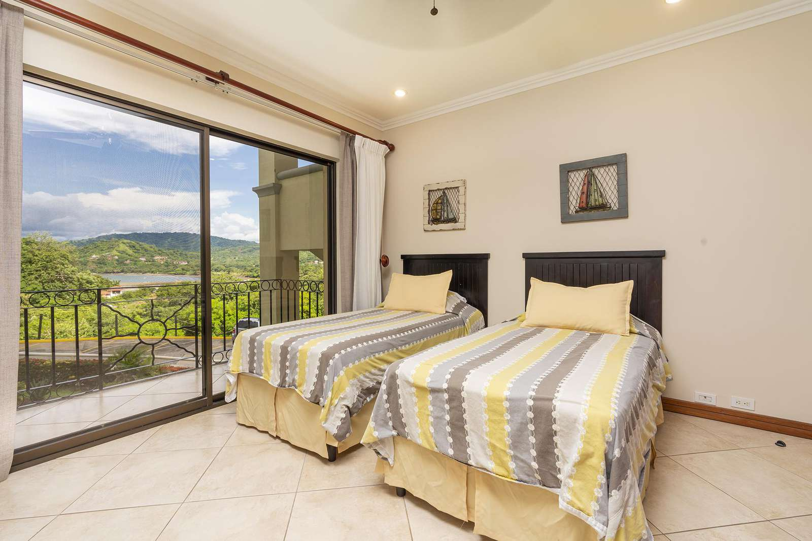 Guest bedroom, ocean and marina views, 2 Twin beds (can be formed into a king upon request)