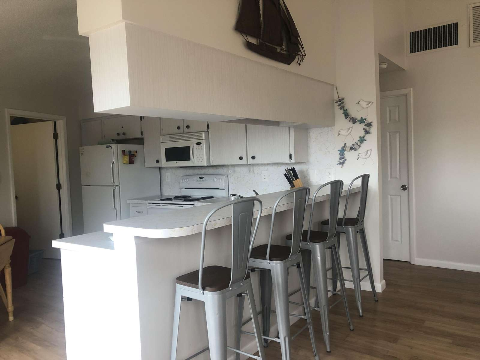 Kitchen - peninsula with bar stools