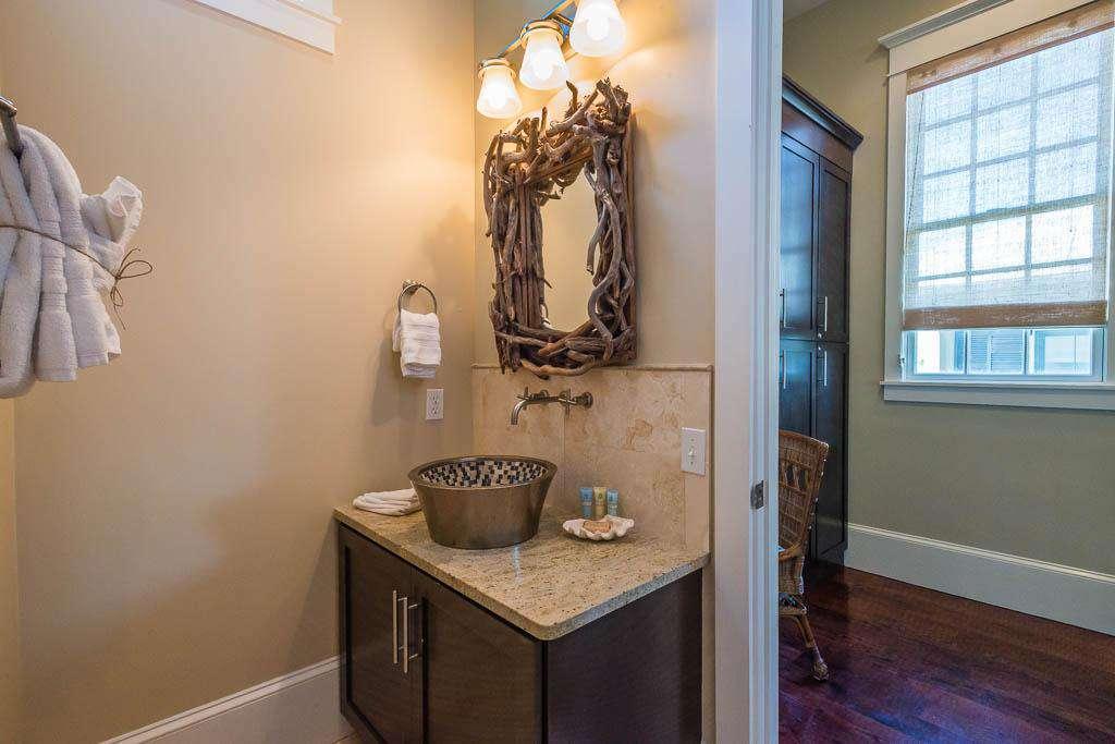 2nd Floor Full Bath Adjoining Queen Bedroom