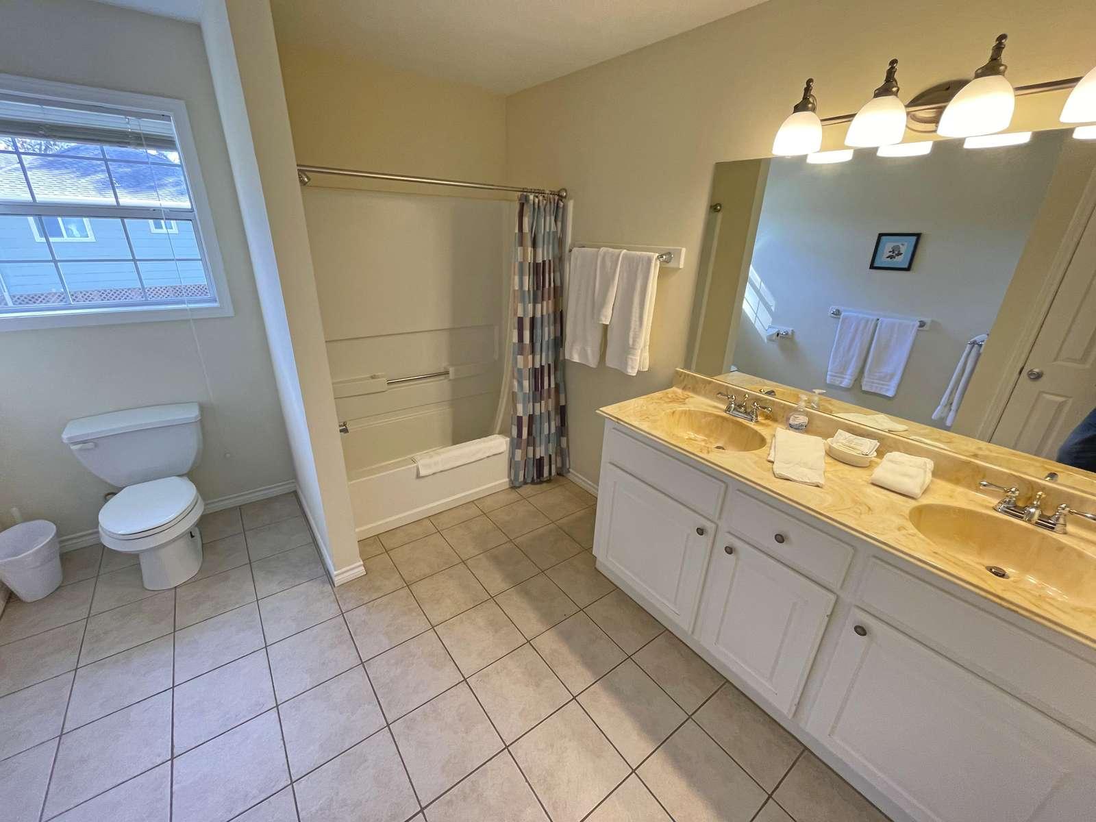 The upper bathroom between the bunk and the Bridge-King room.
