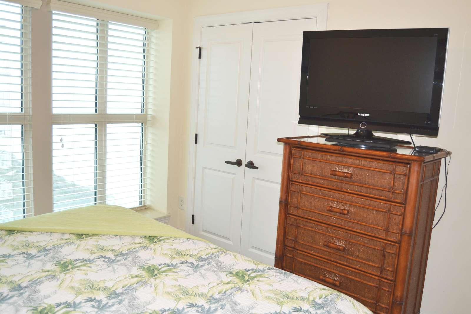 Guest bedroom, flat screen, bath access