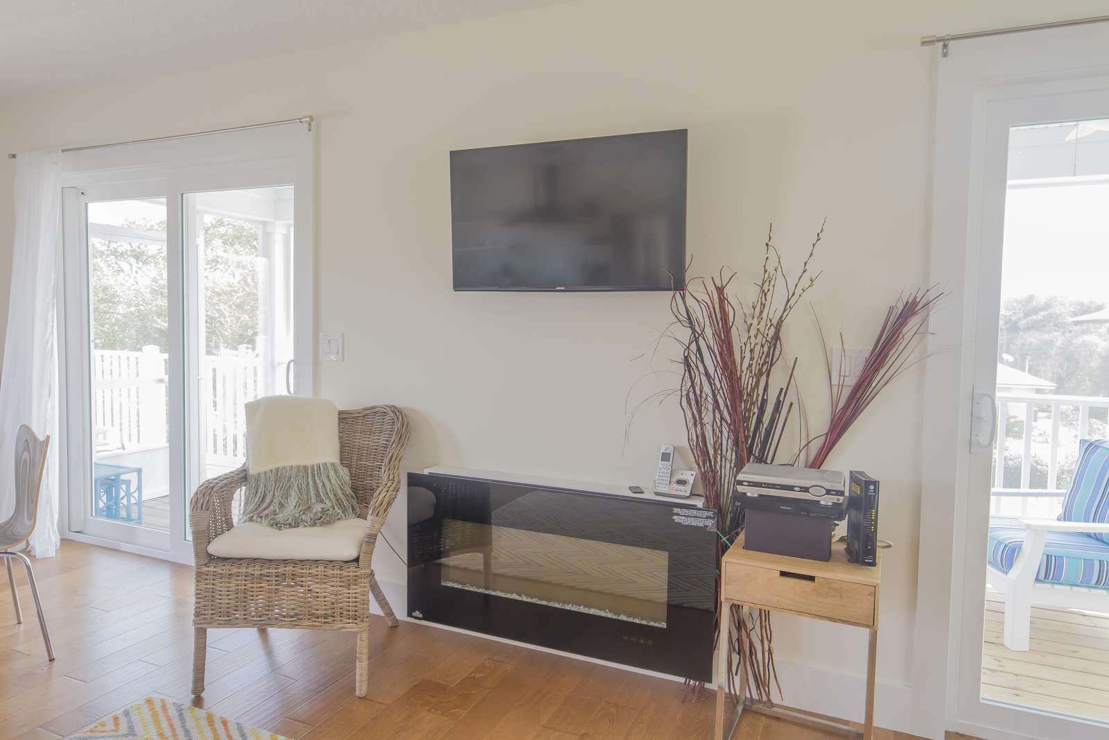 TV / Fireplace