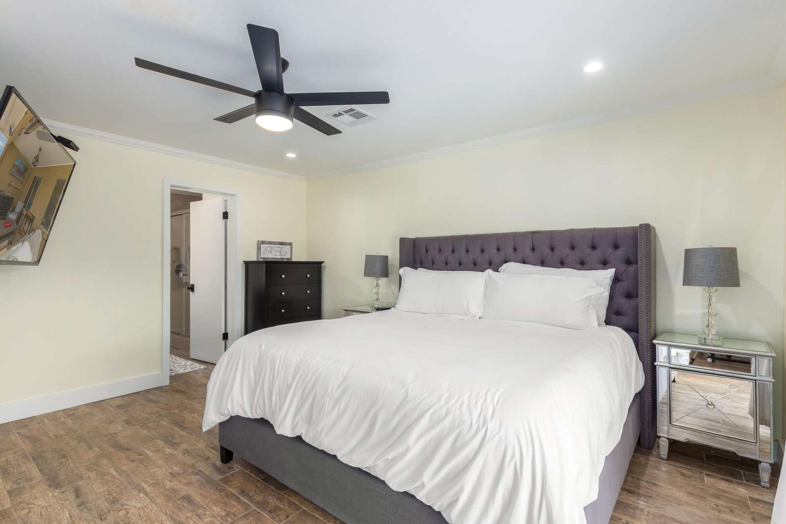 """2nd Master bedroom with king size bed / 65"""" TV"""