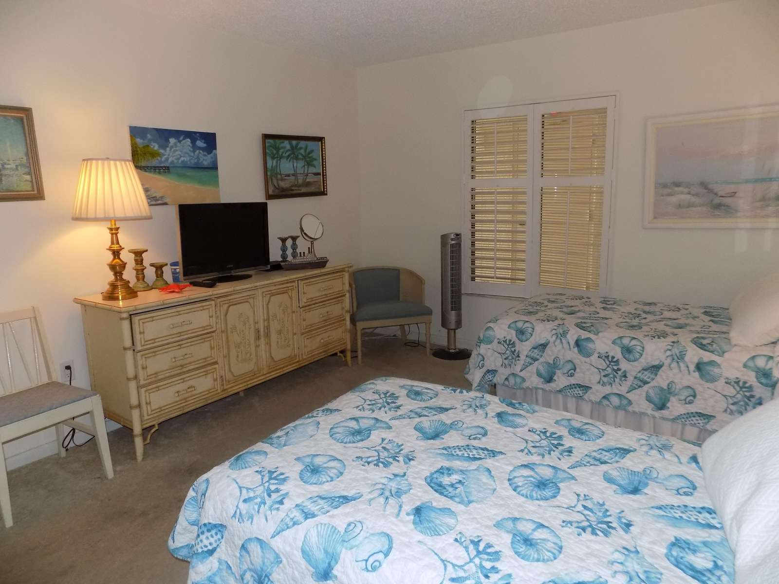 Guest Bedroom with 2 single Beds