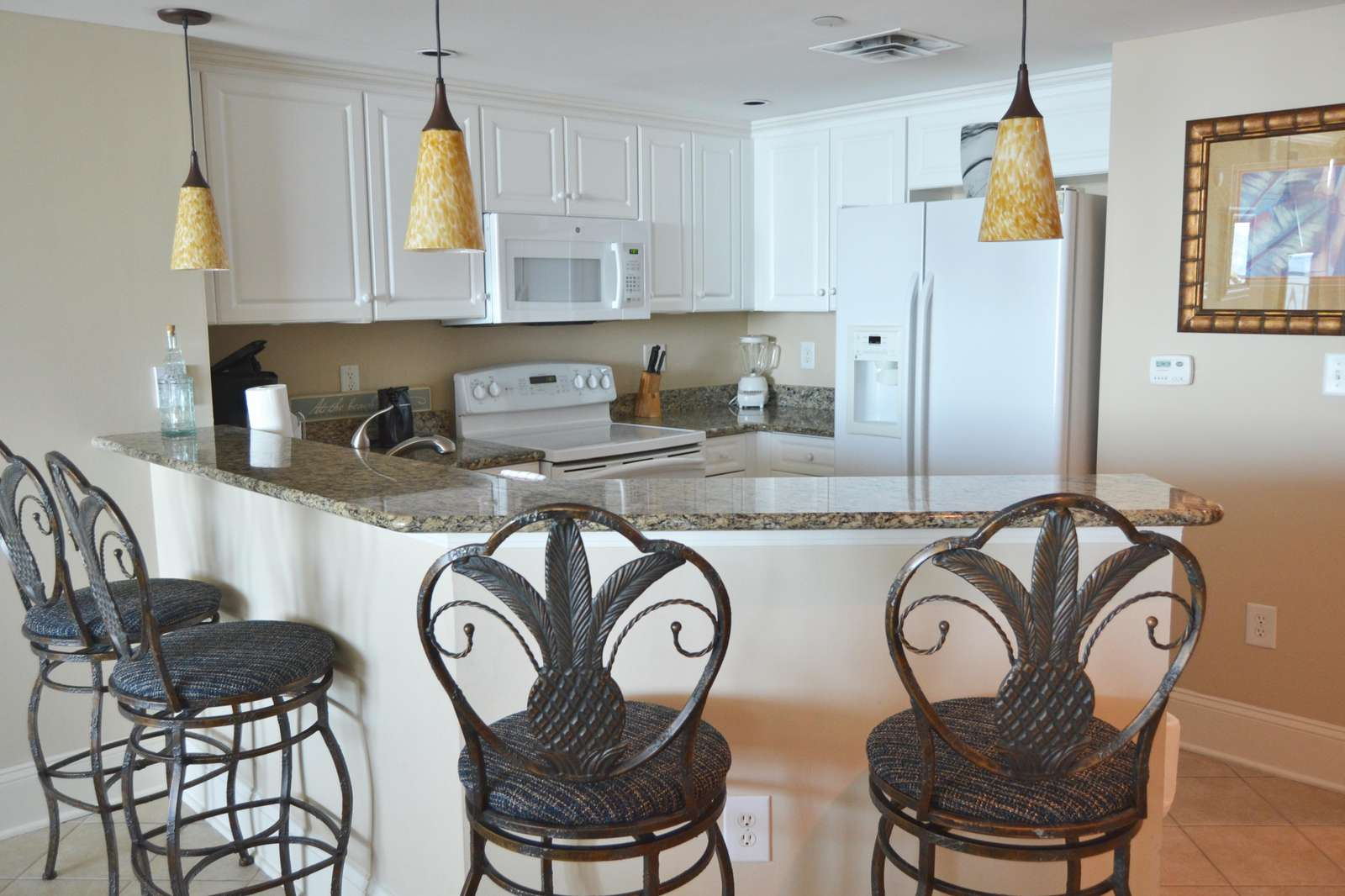 Full equipped kitchen with breakfast bar with granite tops