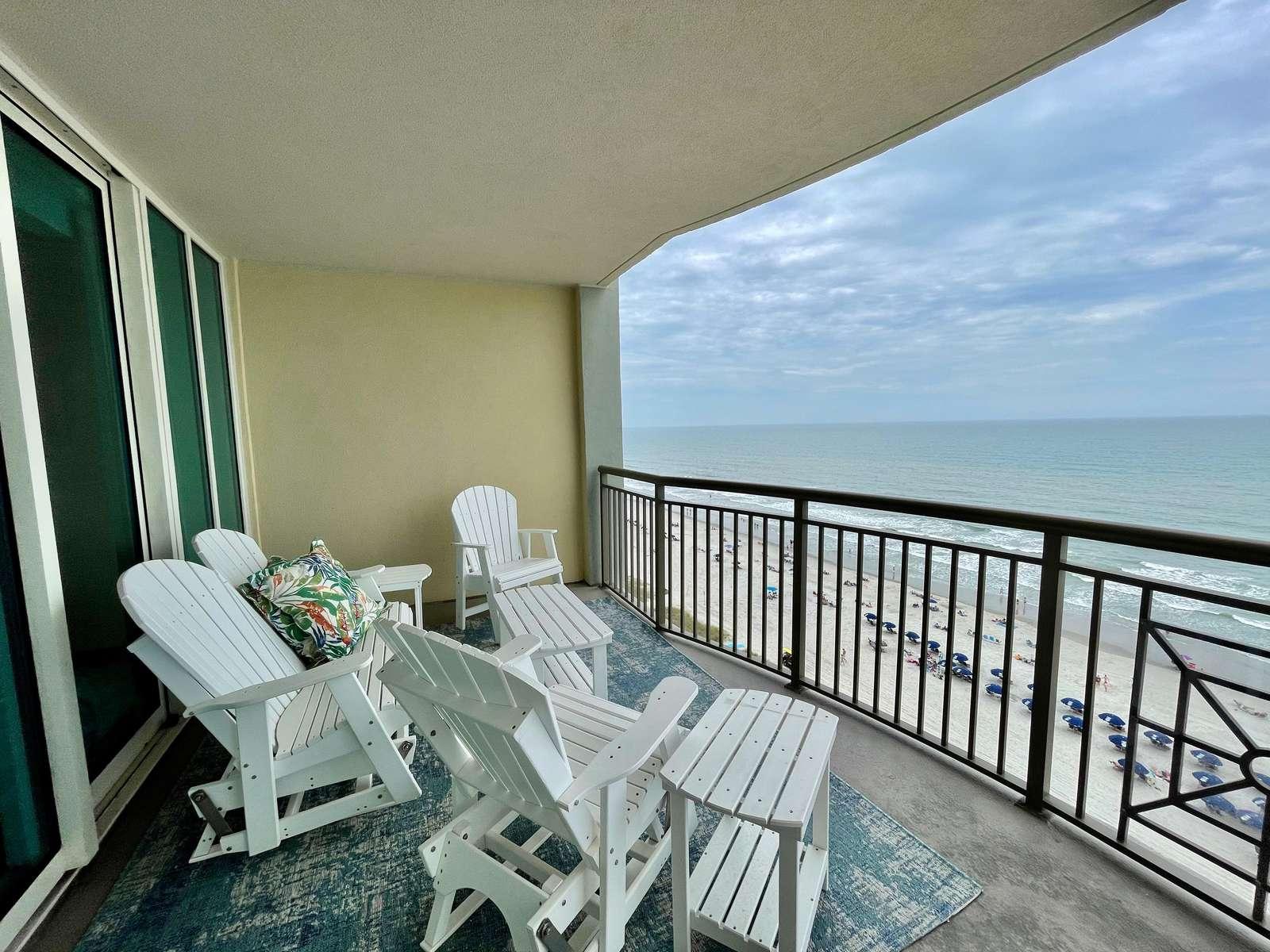 Huge balcony! New furnishings!!