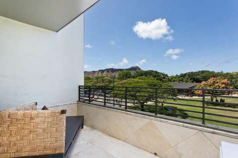 Private Lanai over looking Park and Diamond Head