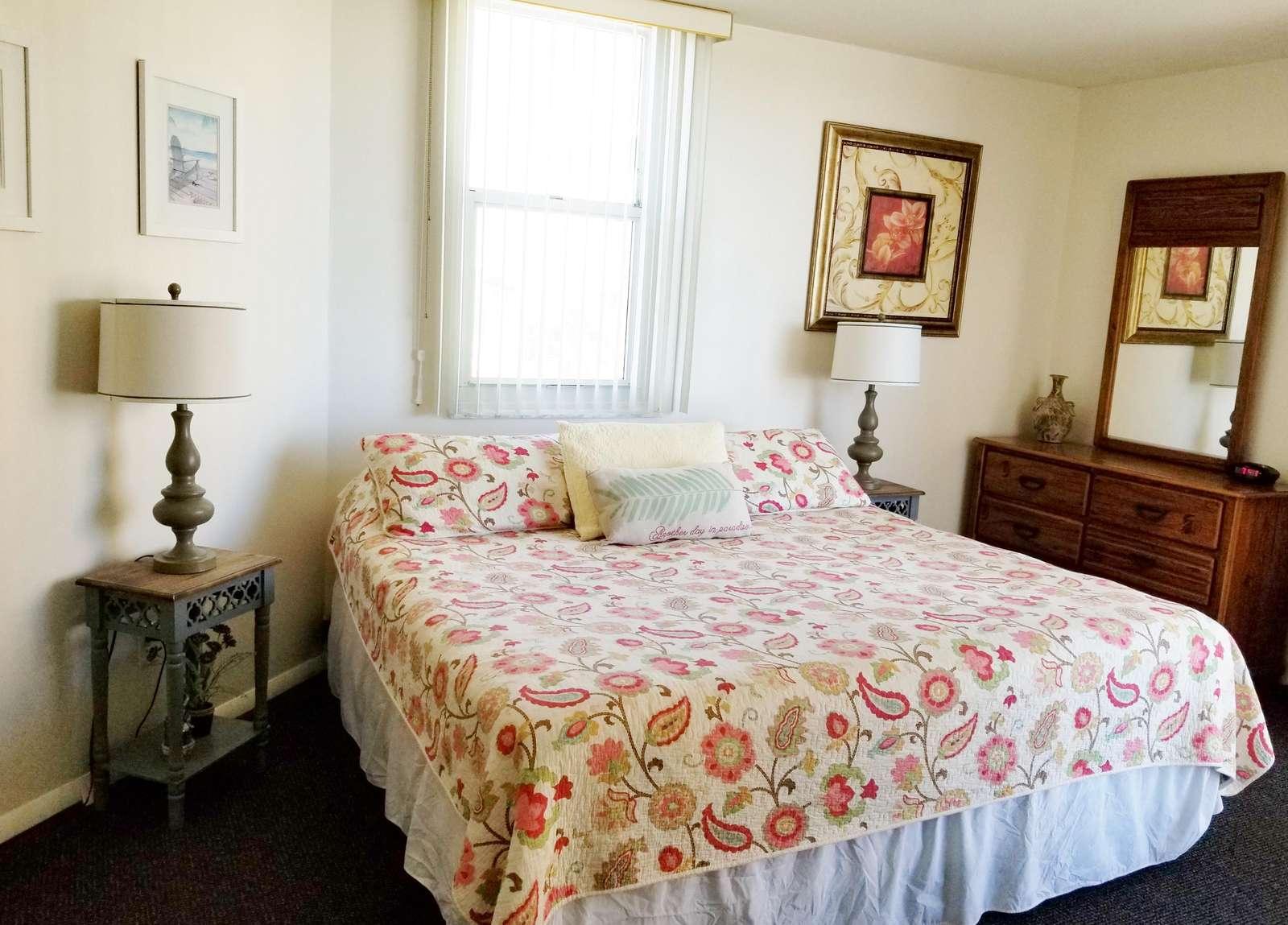 Master bedroom ( king bed )