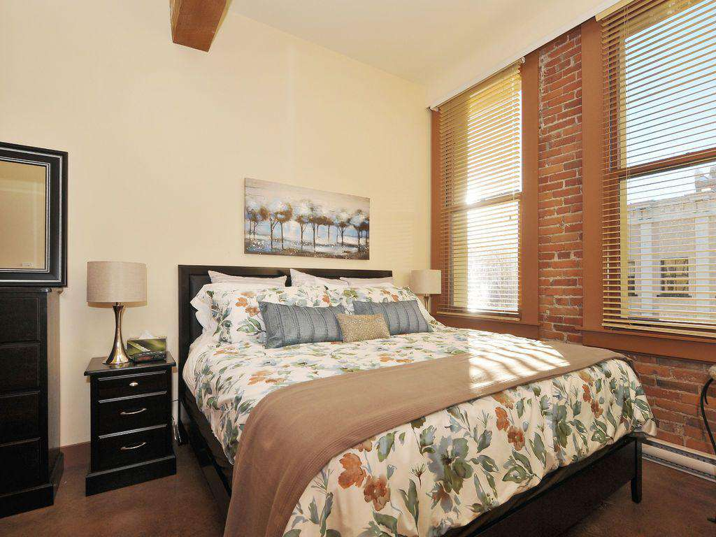King Bedroom with a flat screen TV - property
