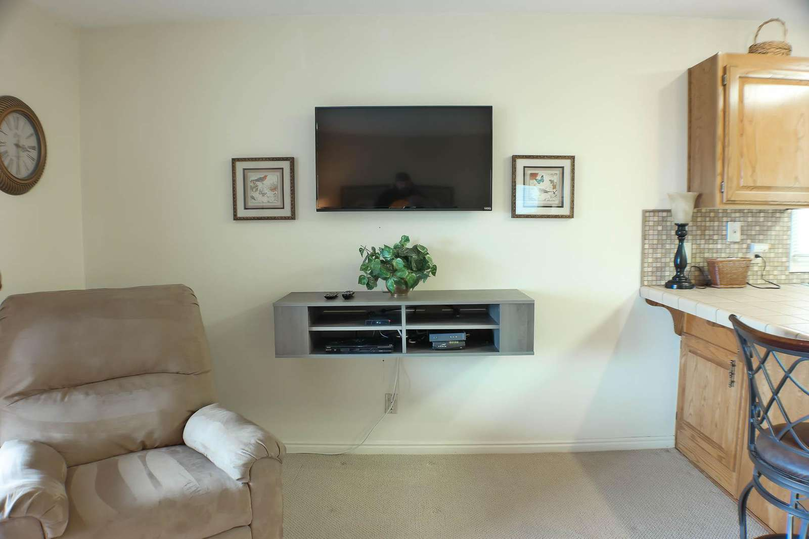 "40"" TV w/ DVD & Cable TV"