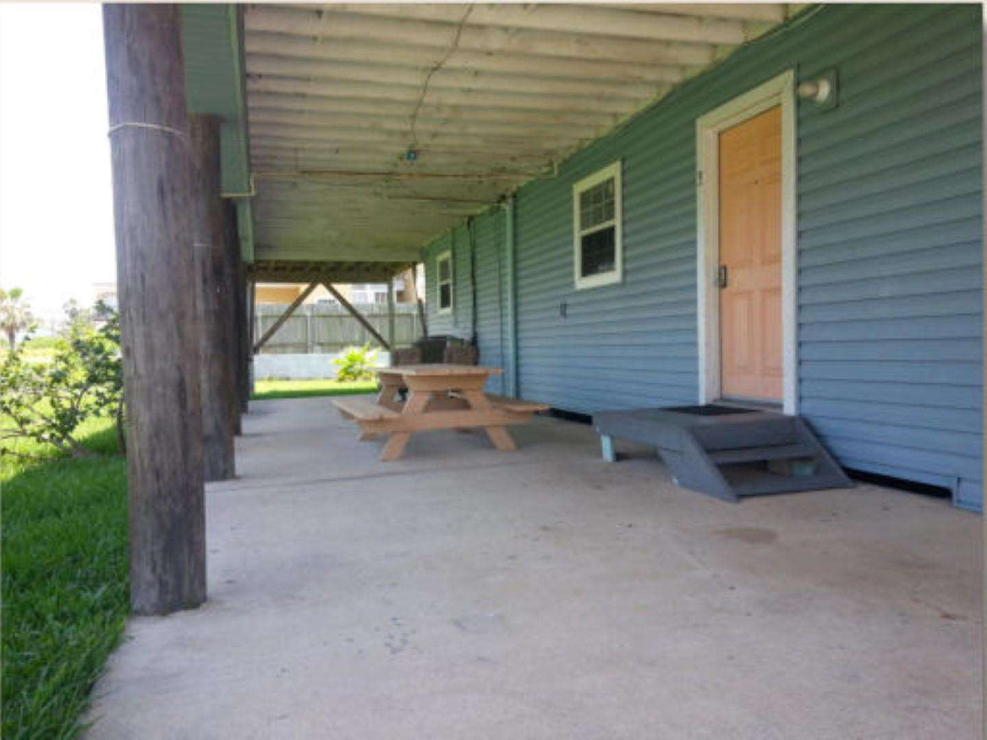 Coverd porch with picnic area Gulf side