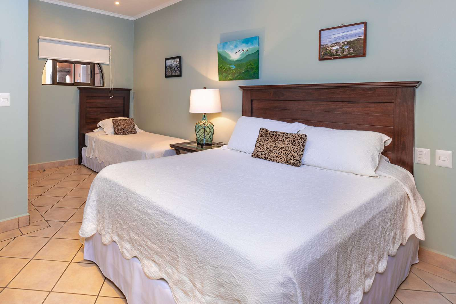 Guest bedroom, Queen bed and Twin size bed, TV, Full Bathroom