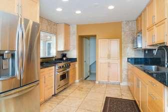 Large kitchen. thumb