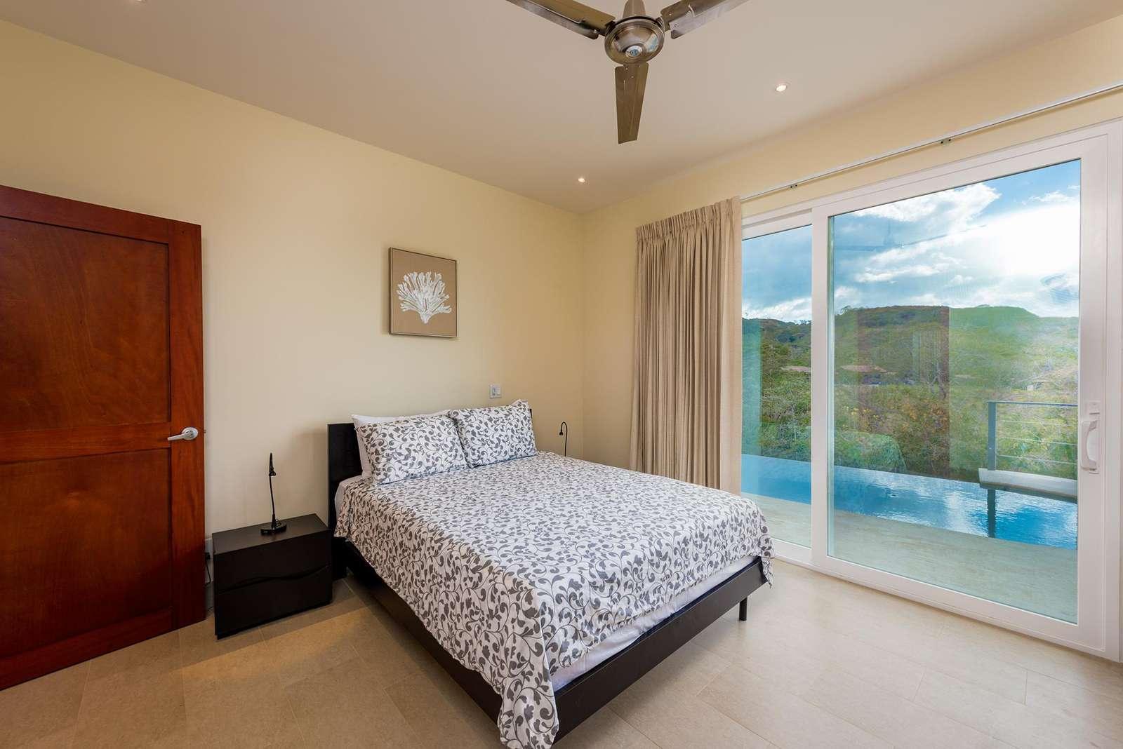 Guest bedroom, queen bed, private bathroom