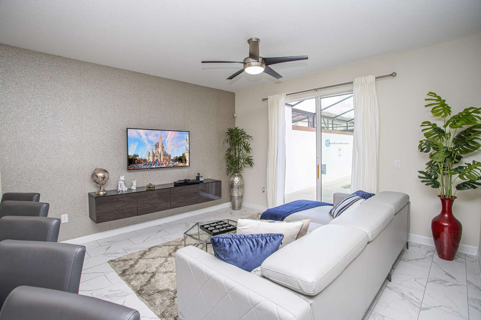 Living room / TV room / Smart TV - property