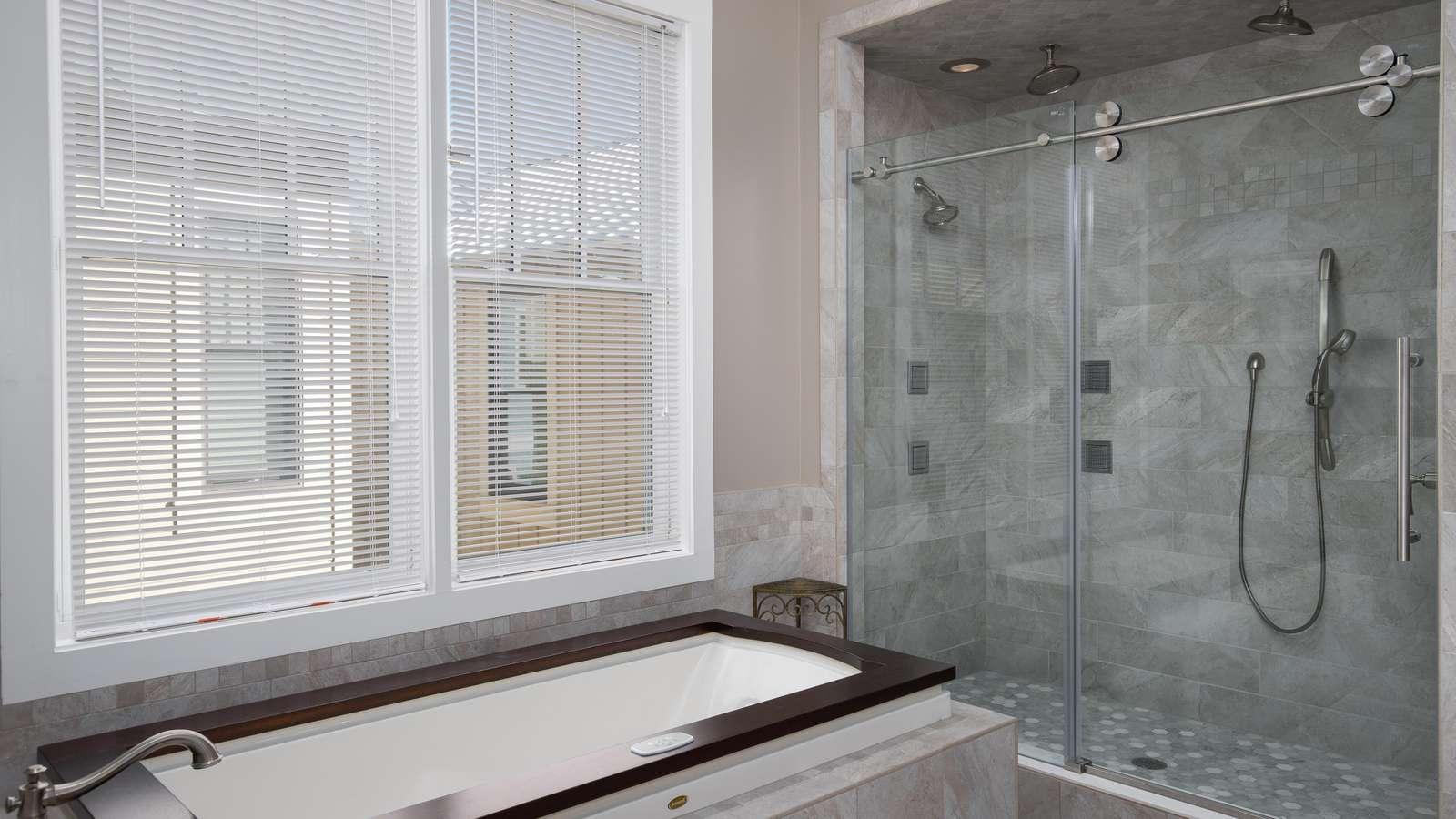 King Suite Shower & Tub