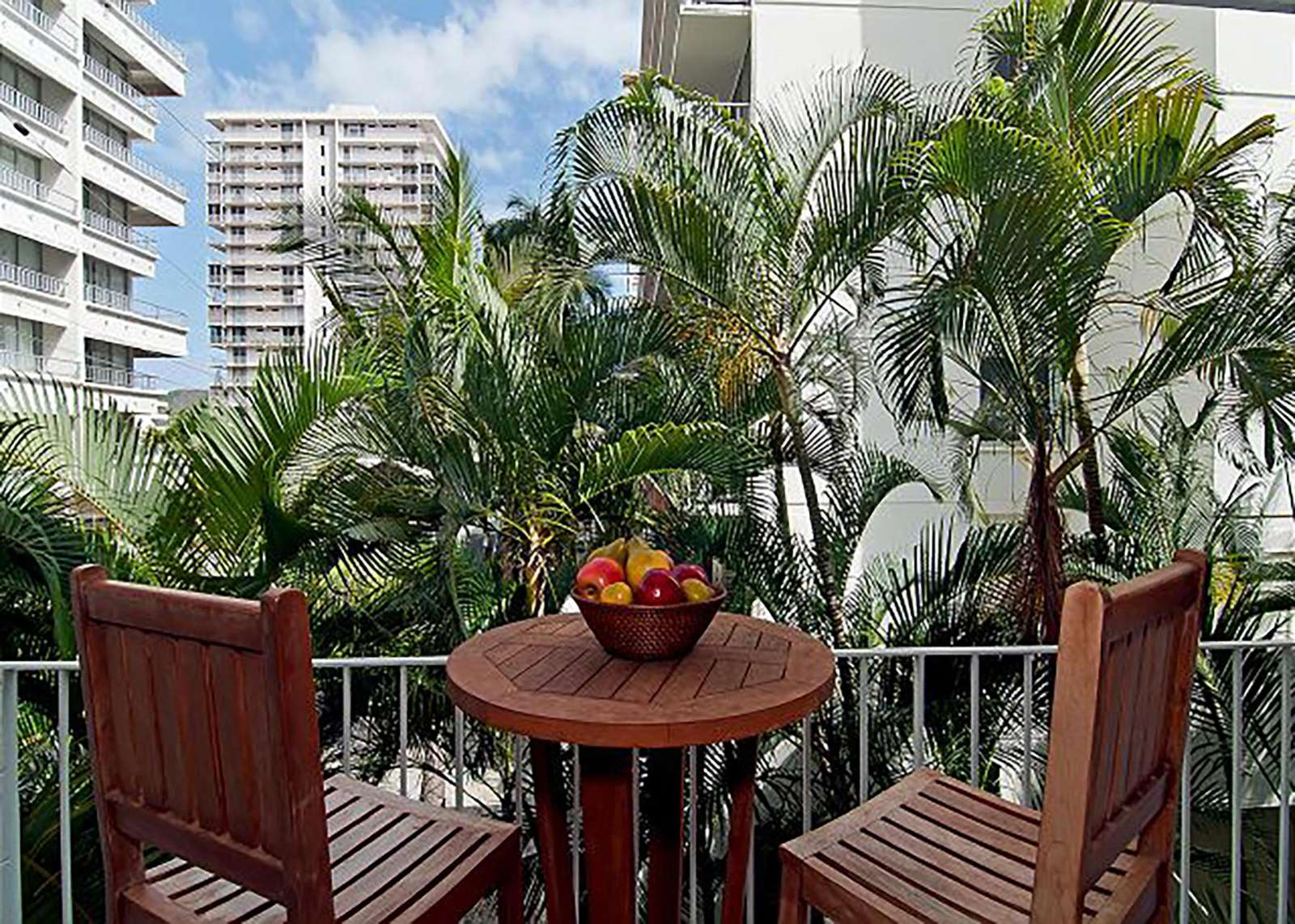 Relaxing Patio Area with Peekaboo Diamond Head View