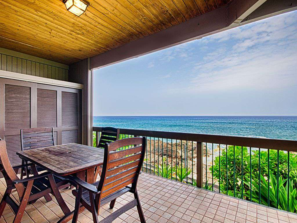 Covered lanai with wet bar - direct ocean front!