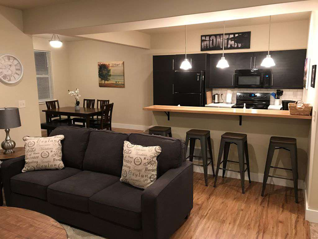 Fully equipped kitchen and dining for 6.