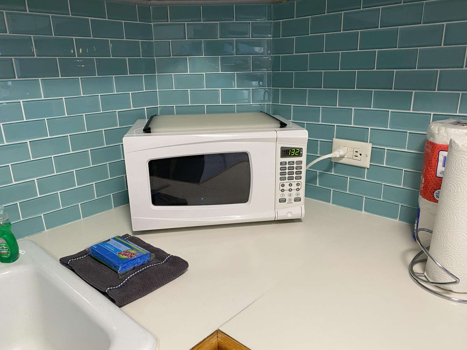 Glass tile backsplash added Jan 2020