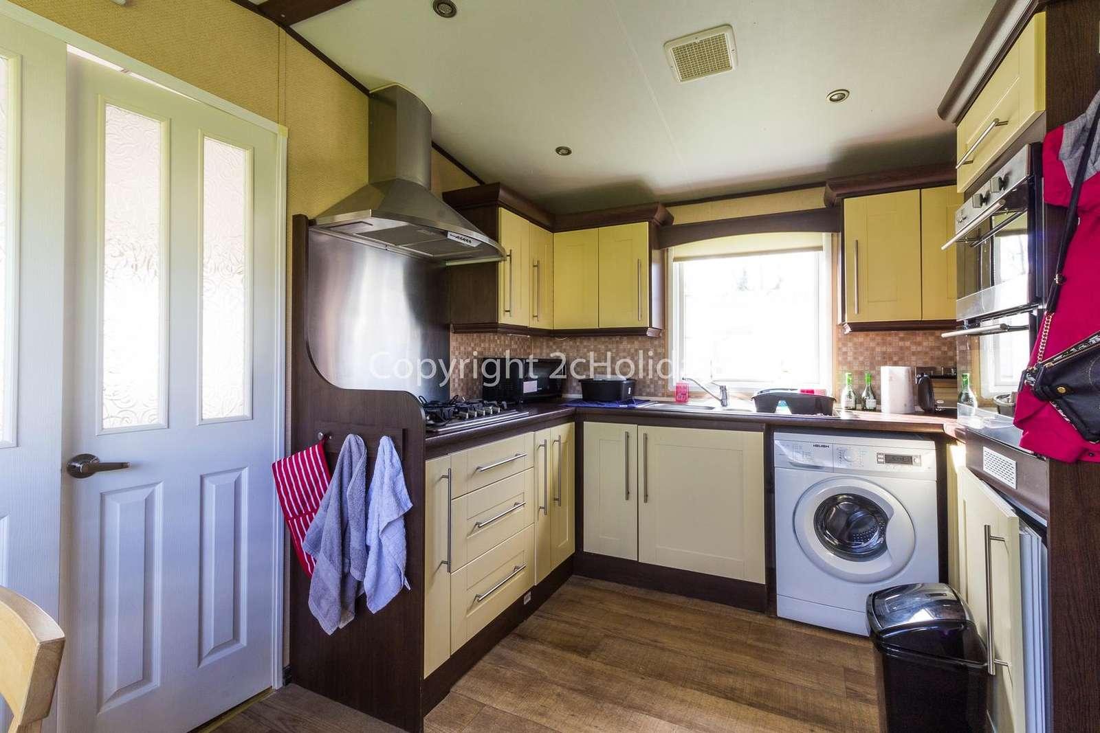 Spacious kitchen with a washing machine!