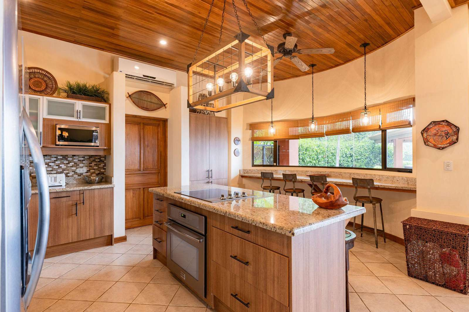 Gourmet kitchen, island
