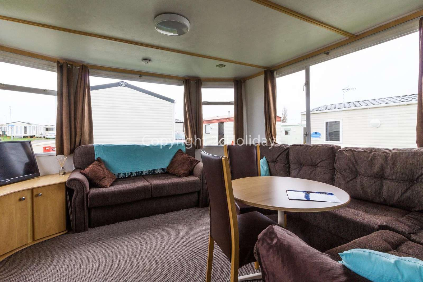 Cosy lounge/dining area, ideal for families