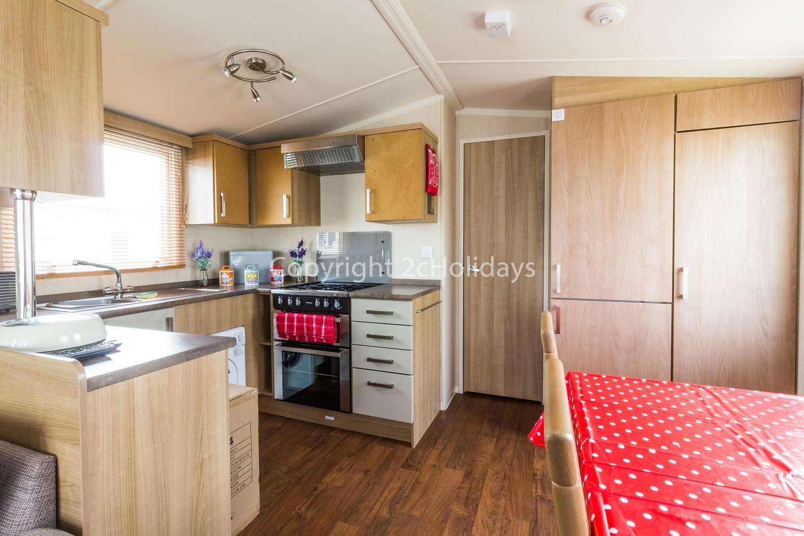 A fully equipped kitchen with a washing machine! P perfect for self-catering holidays.