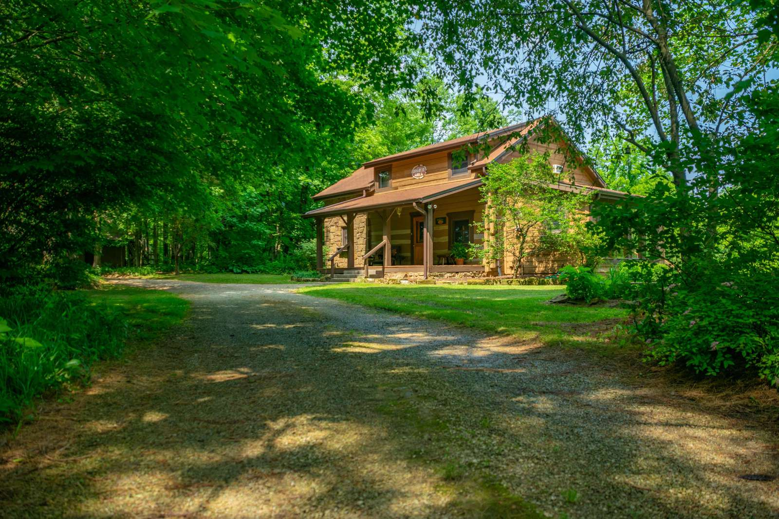 Pond's Edge Log Vacation Cabin - property