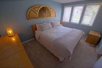 Middle floor bedroom - King bed thumb