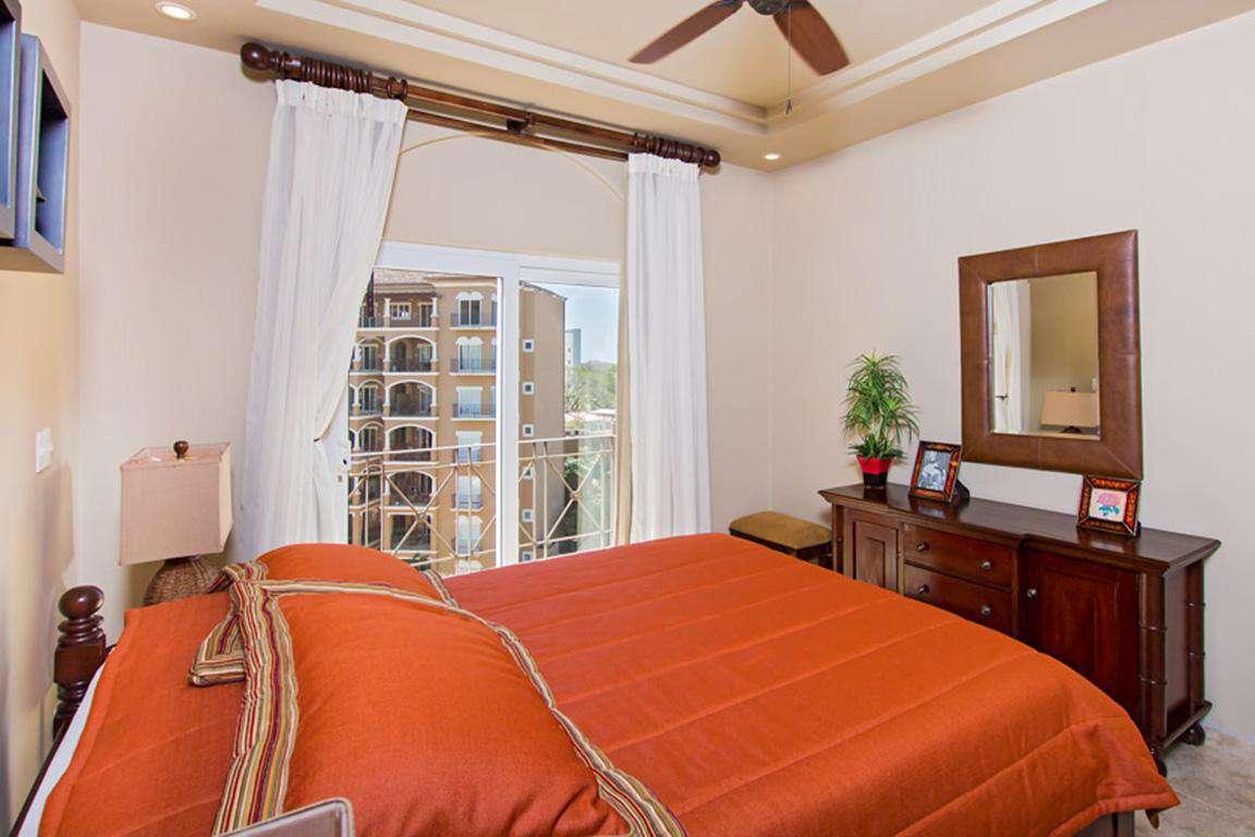 Guest bedroom, Queen bed, full private bathroom