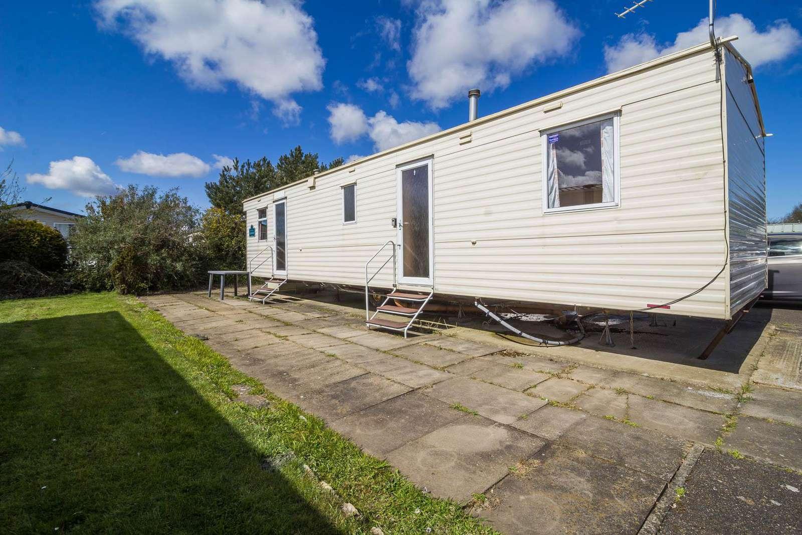 33024V – Vintage area, 3 bed, 8 berth caravan in a quiet area of park. Emerald rated. - property