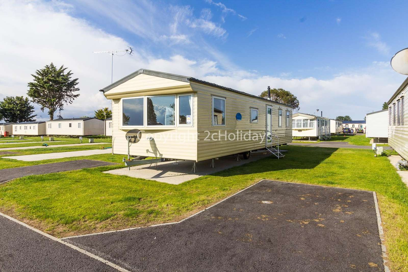 Lovely caravan on a fantastic holiday park with great amenities - property