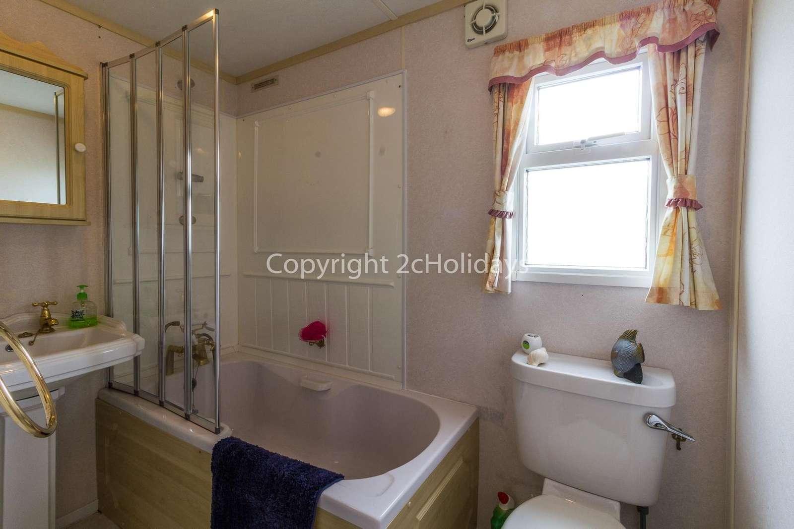 Great size family washroom with a bath!
