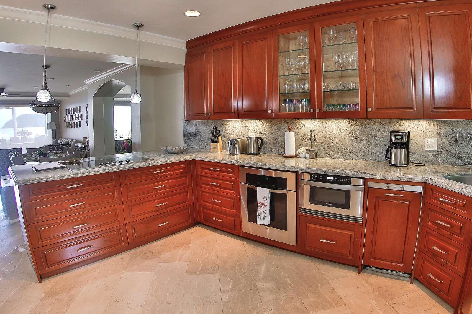 Gourmet kitchen, fully stocked
