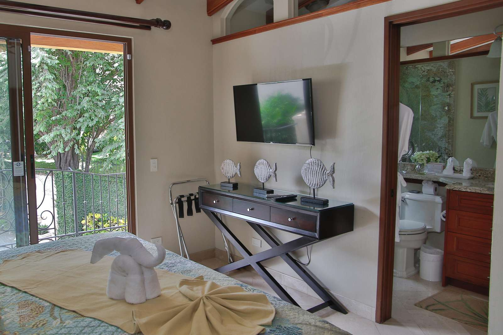 Guest bedroom, King bed plus loft area with full size bed, private bathroom