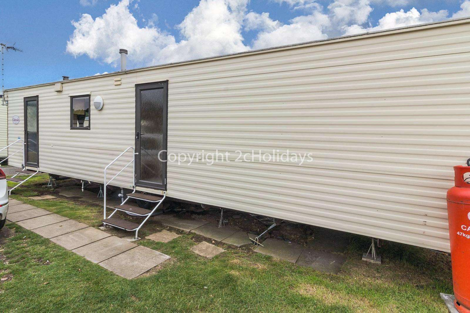 Great caravan, only a 5 minute walk to the beach!