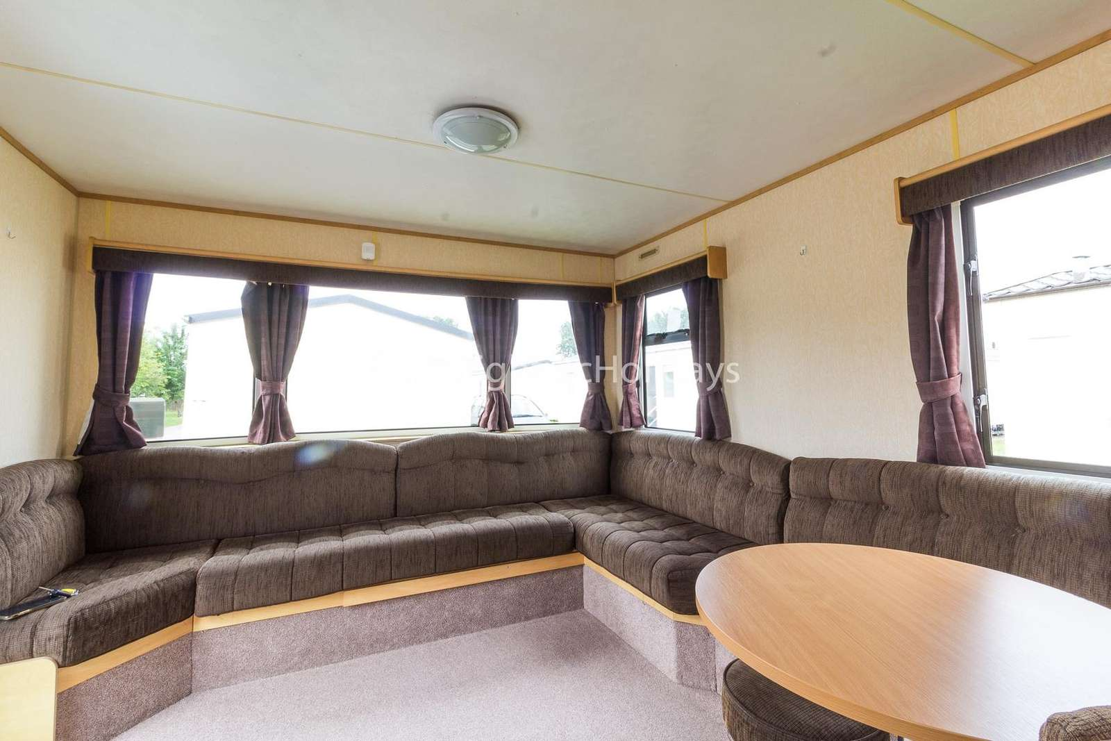 Very spacious lounge area with a TV/DVD player - property