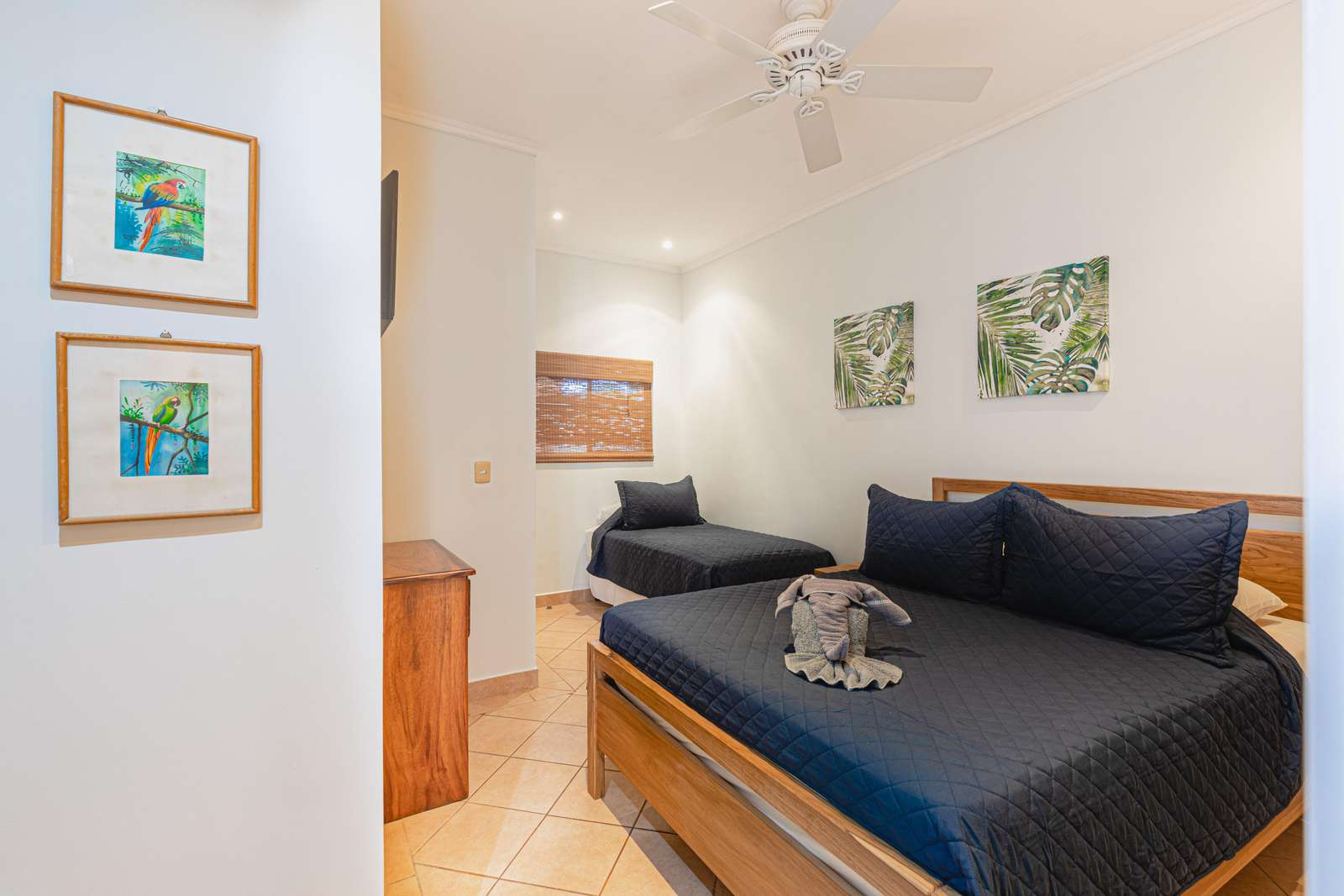 Guest bedroom, Queen bed and twin bed
