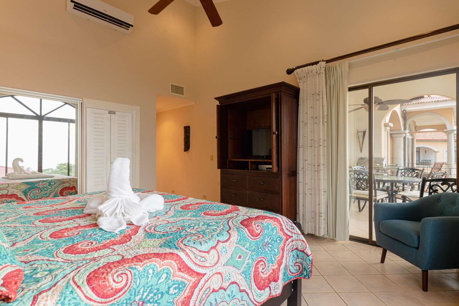 Guest bedroom, king bed, private bathroom