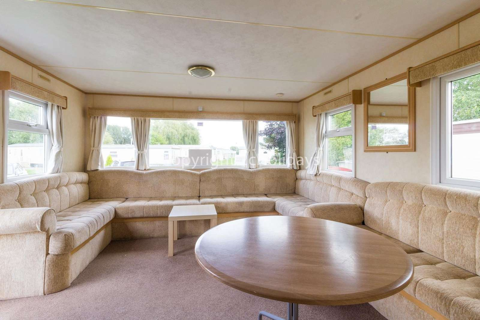 Spacious and open plan living/dining area, ideal for families!