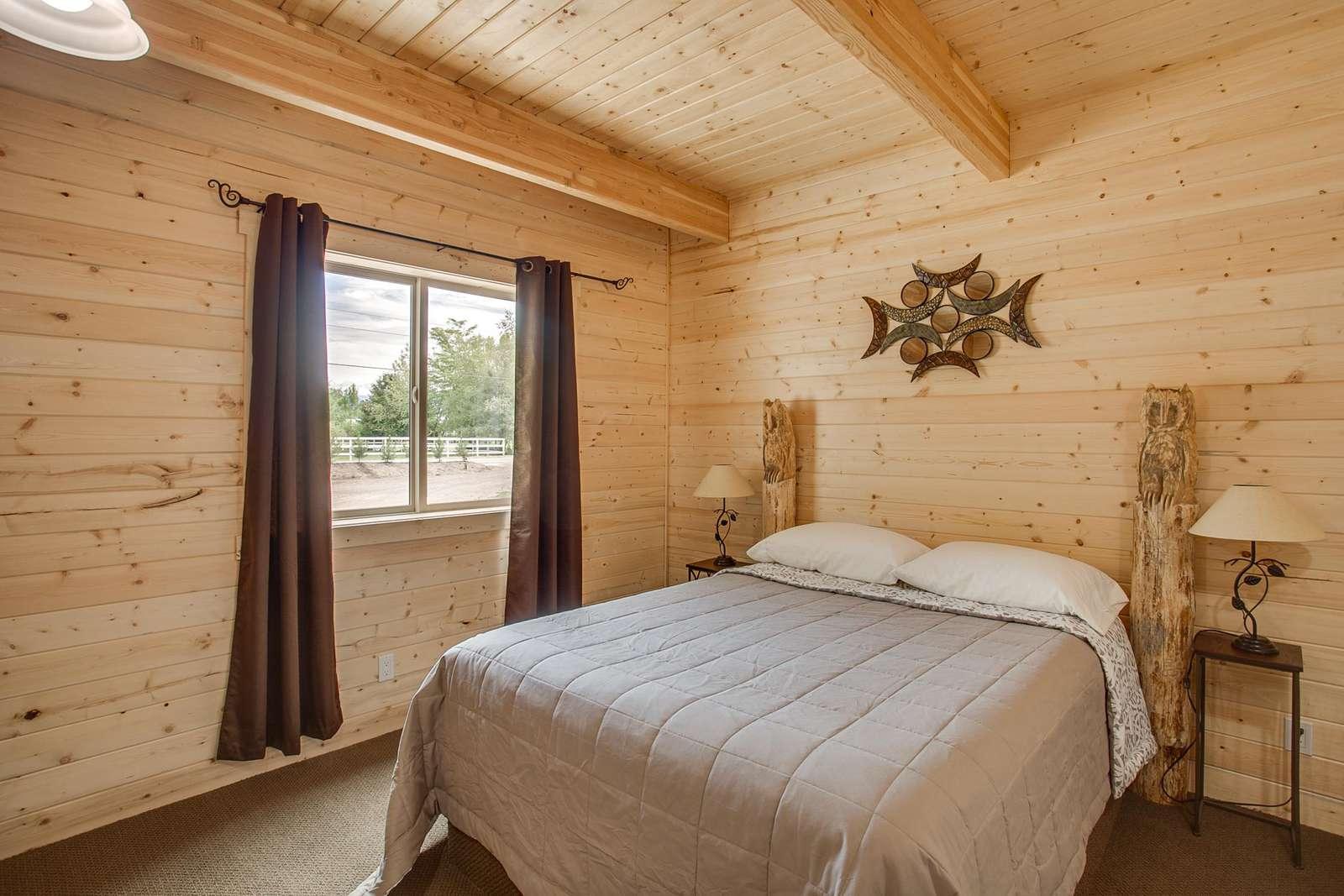 Queen Bed - Main Floor