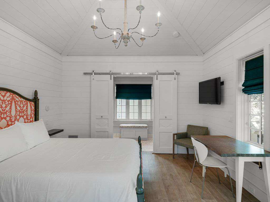 Carriage house  with queen bed
