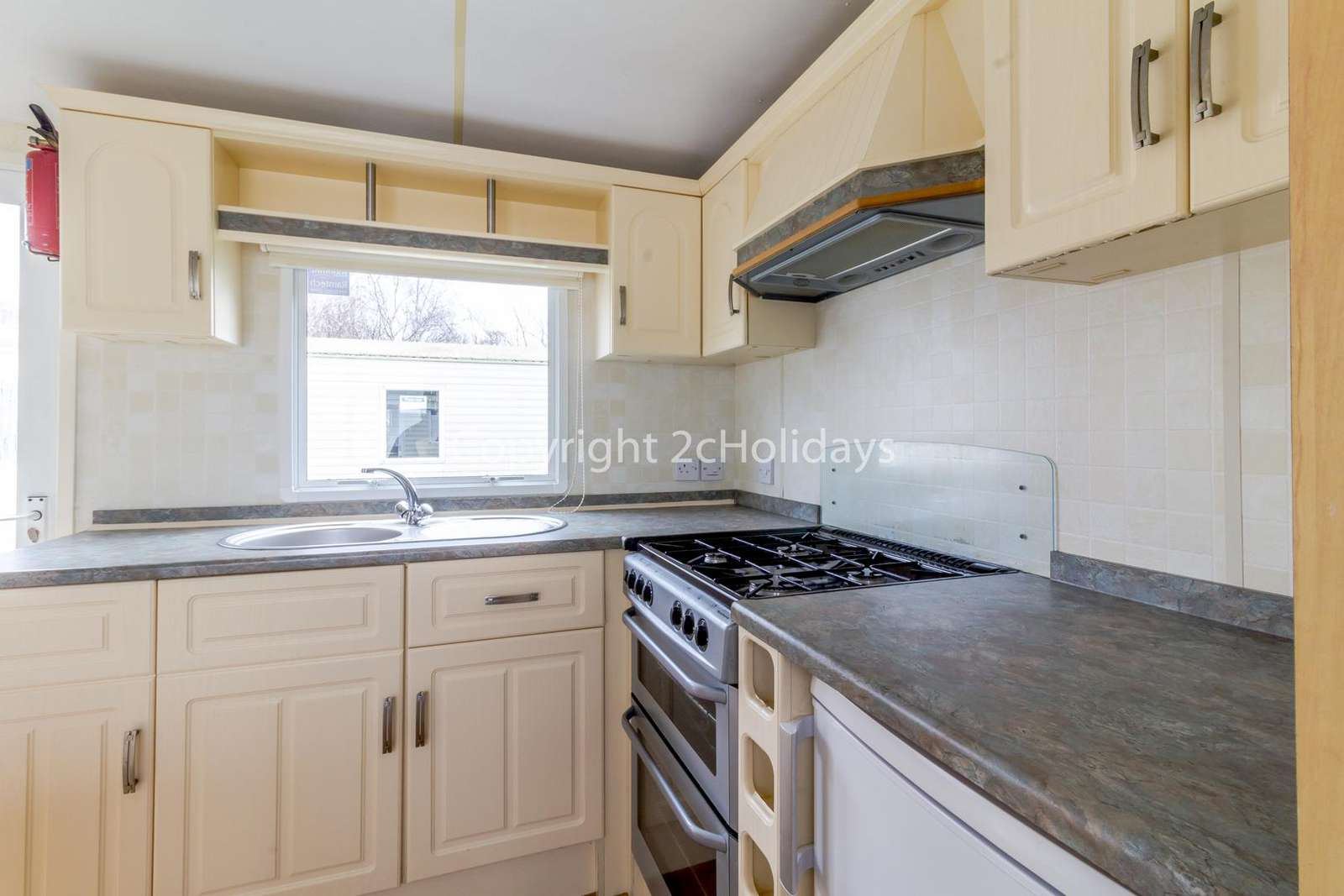 You can find a full size oven/hob in this kitchen!