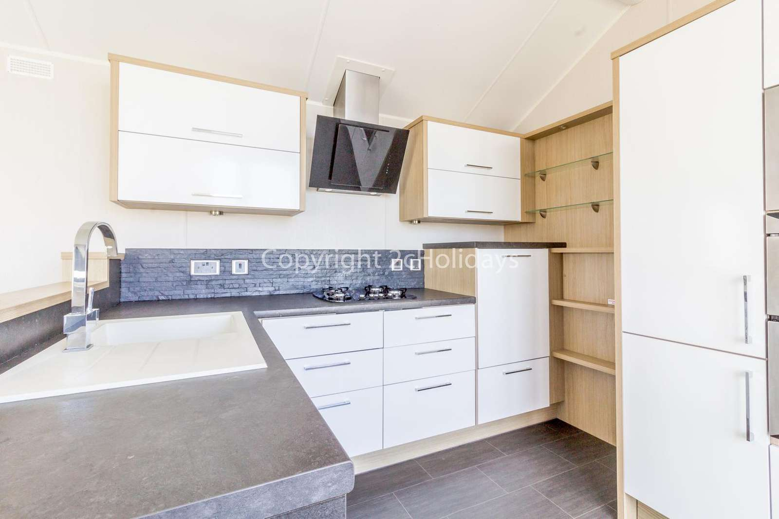 Fully equipped kitchen with full size cooker and washing machine!