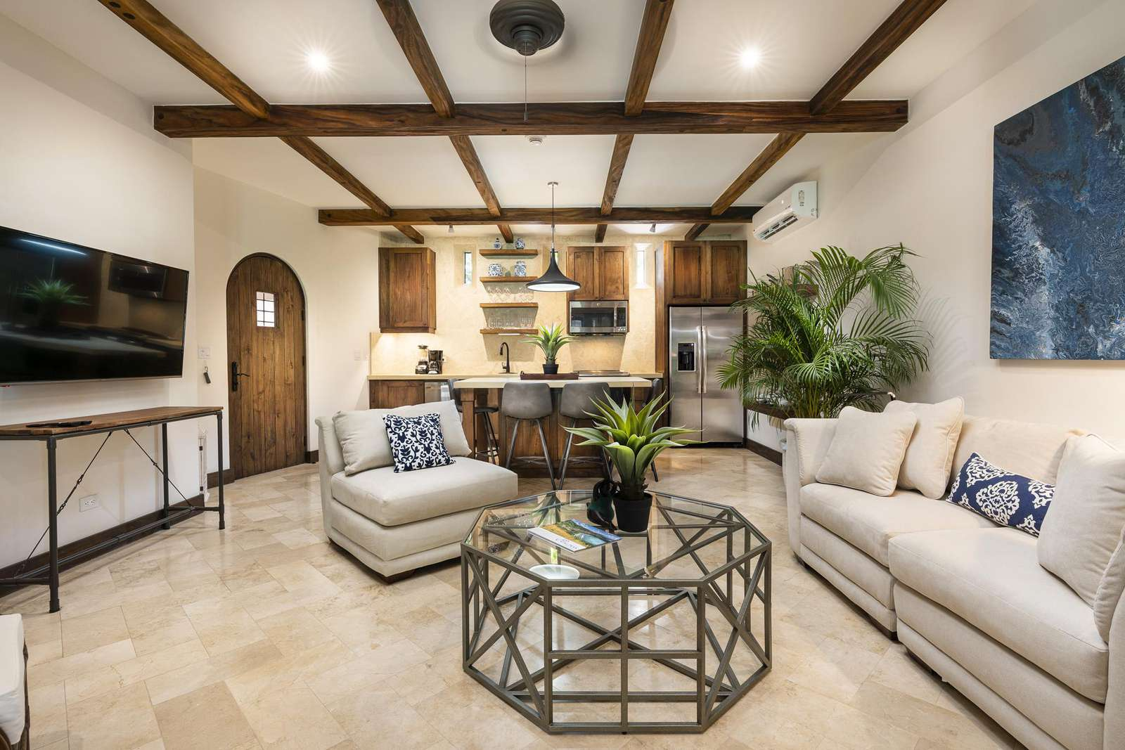 Spacious living area, flat screen TV