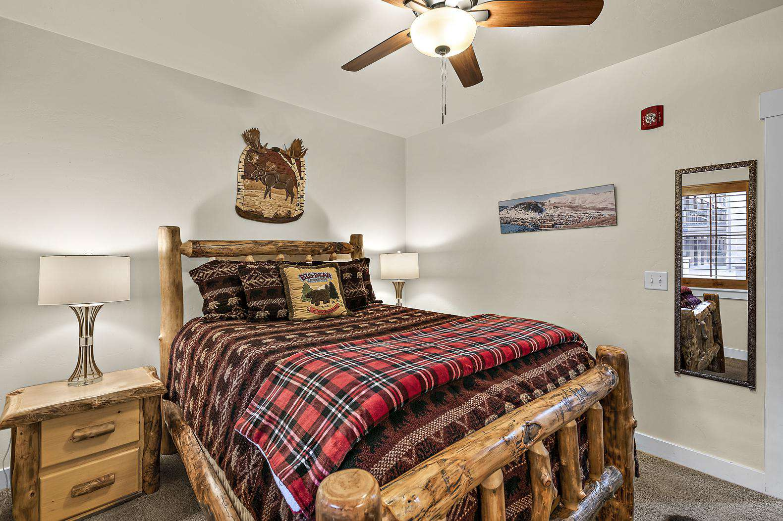 Guest bedroom with bear décor