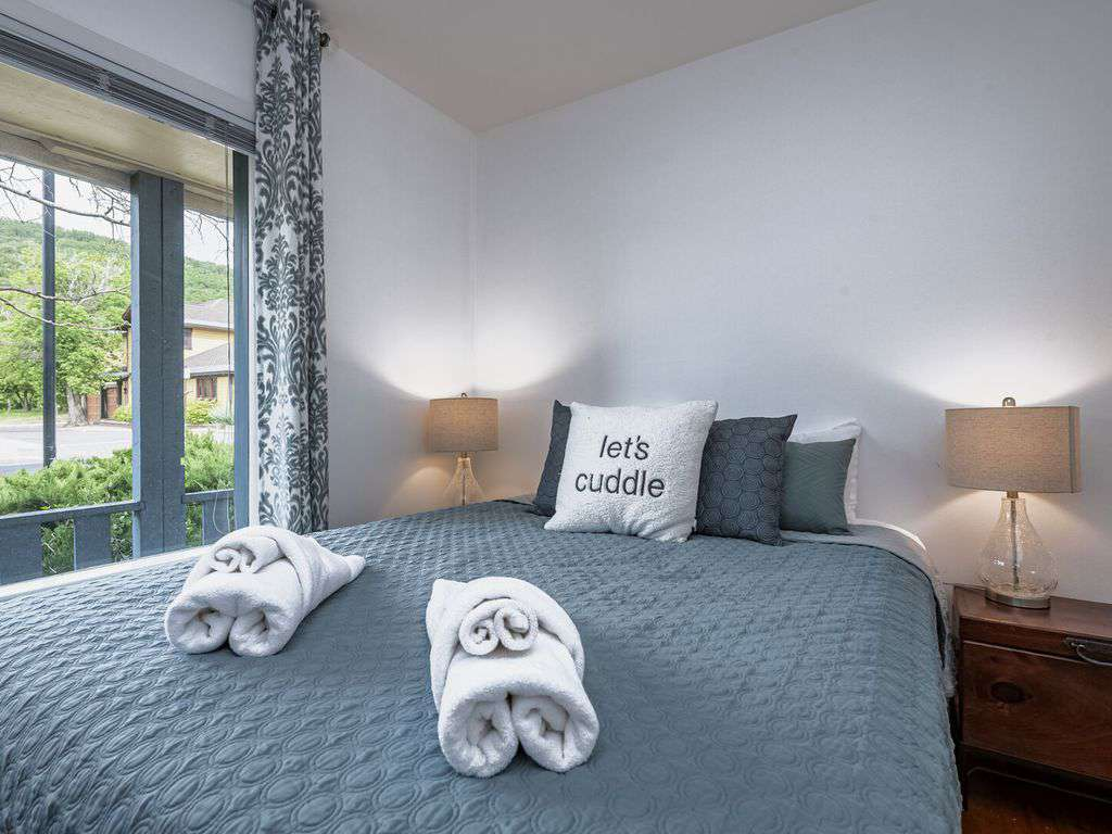 Guest bedroom with city view